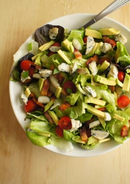 salada com avocado, bacon e roquefort