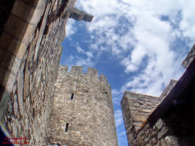 Šitokougaoni objektiv , koji malo deformiše zidine utvrđenja