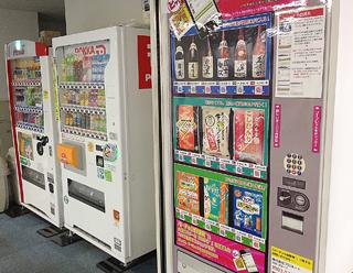 通常の自販機と並んで貼られた「バーチャル自販機」