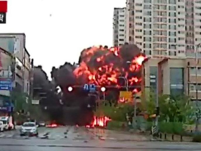 فيديو: لحظات سقوط وانفجار مروحية عسكرية وسط مبانٍ سكنية.. رهيب