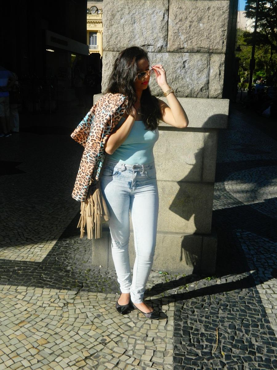 Look do dia básico Azul,calça jeans e bolsa franjas