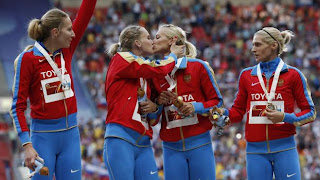 Sur le podium, les athlètes russes Yulia Gushchina, Tatyana Firova, Kseniya Ryzhova et Antonina Krivoshapka (de gauche à droite), célèbrent leur victoire au relais 4x400 m, à Moscou (Russie)