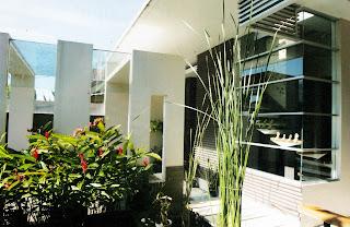 Konsep modern minimalis pada carport menciptakan kesan harmoni