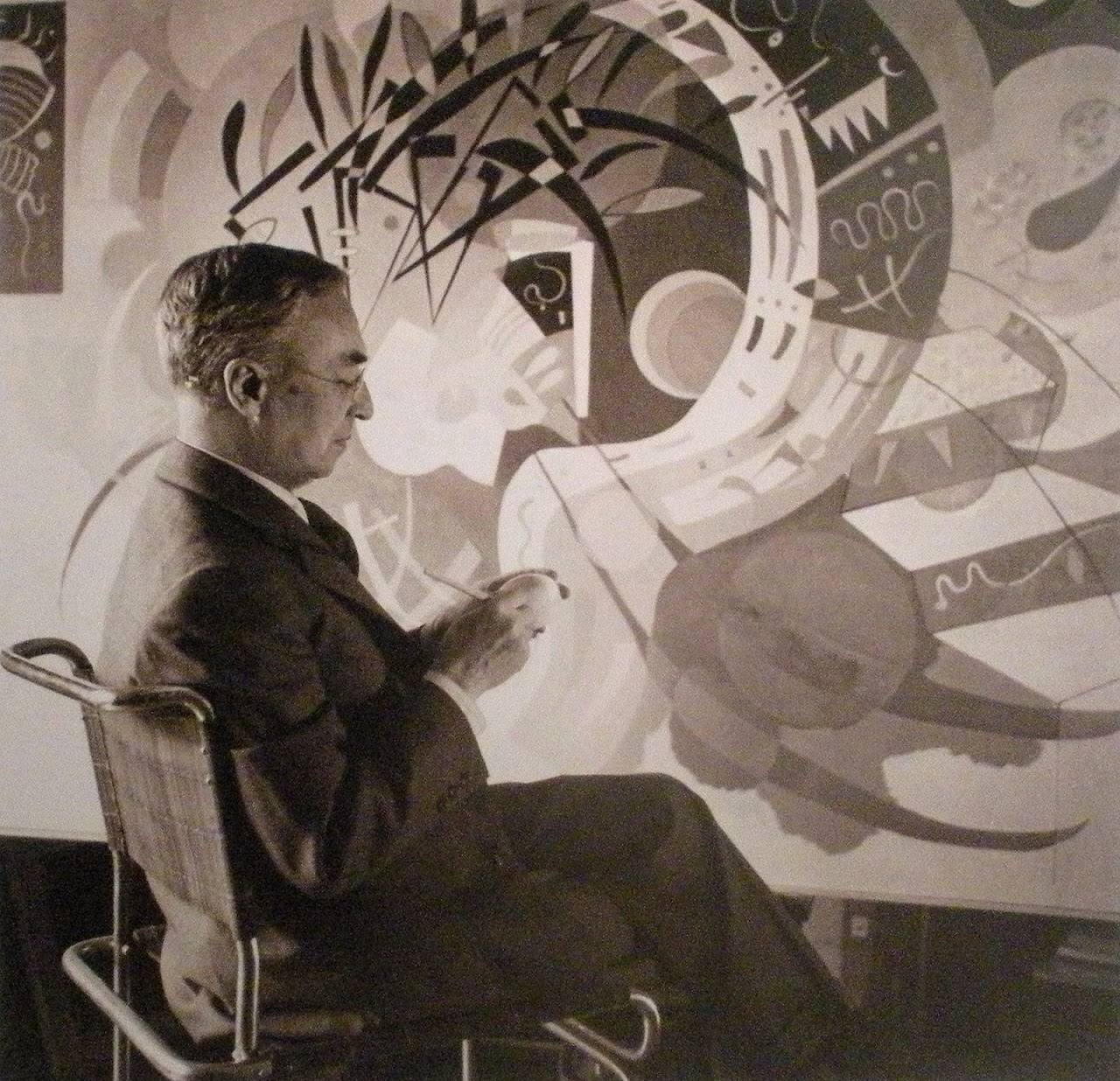 http://4.bp.blogspot.com/-lwIirR7tNtA/TxmVfq4cV3I/AAAAAAAAAsQ/IphDaJoU5Z4/s1280/011-Kandinsky+in+front+of+his+work%252C+Dominant+Circle+%255BCourbe+dominante%255D%2529%252C+1936.jpg