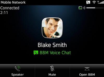 Research In Motion lanzó el beta de una actualización para su popular servicio de mensajería instantánea con la que se pueden entablar conversaciones de voz si dos dispositivos están conectados a una red Wi-Fi. El software dejó la fase beta y ahora está listo para ser instalado en los dispositivos BlackBerry OS 6 o superior. El funcionamiento es bastante simple. Los contactos que ya se tengan agregados a BlackBerry Messenger estarán disponibles para que sostener llamadas de voz sobre internet, similar a lo que se puede hacer con otros servicios como Skype. Respecto a la aplicación, T.A. McCann, Vicepresidente de