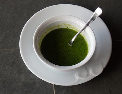 Mojo verde elaborado con la batidora