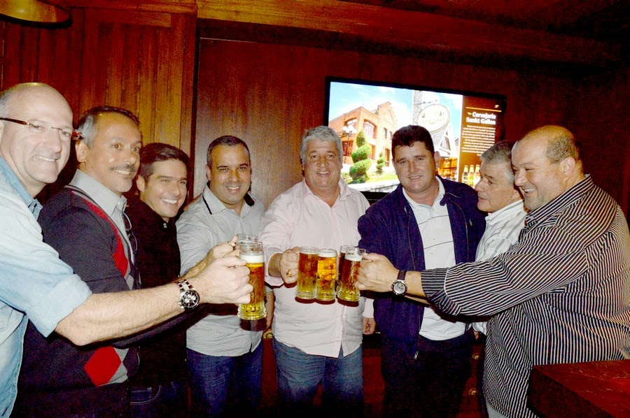 Prefeito Arlei, vice-prefeito Márcio Catão e vereador Maurício Lopes com empresários parceiros: brinde pelo sucesso da criação do circuito cervejeiro