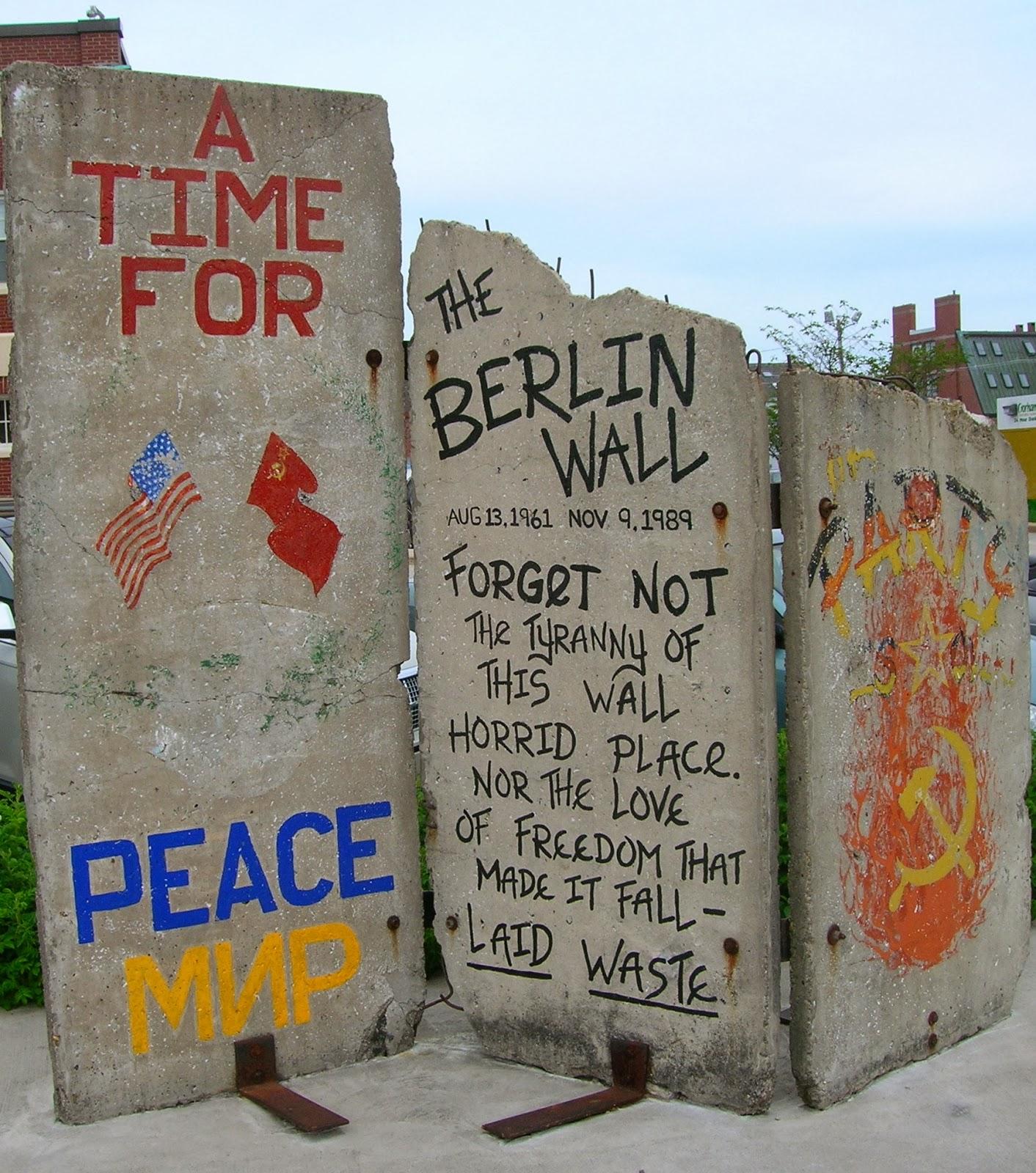 25ème anniversaire de la chute du Mur de Berlin : pans du Mur de Berlin disséminés sur la planète Berlin+Wall