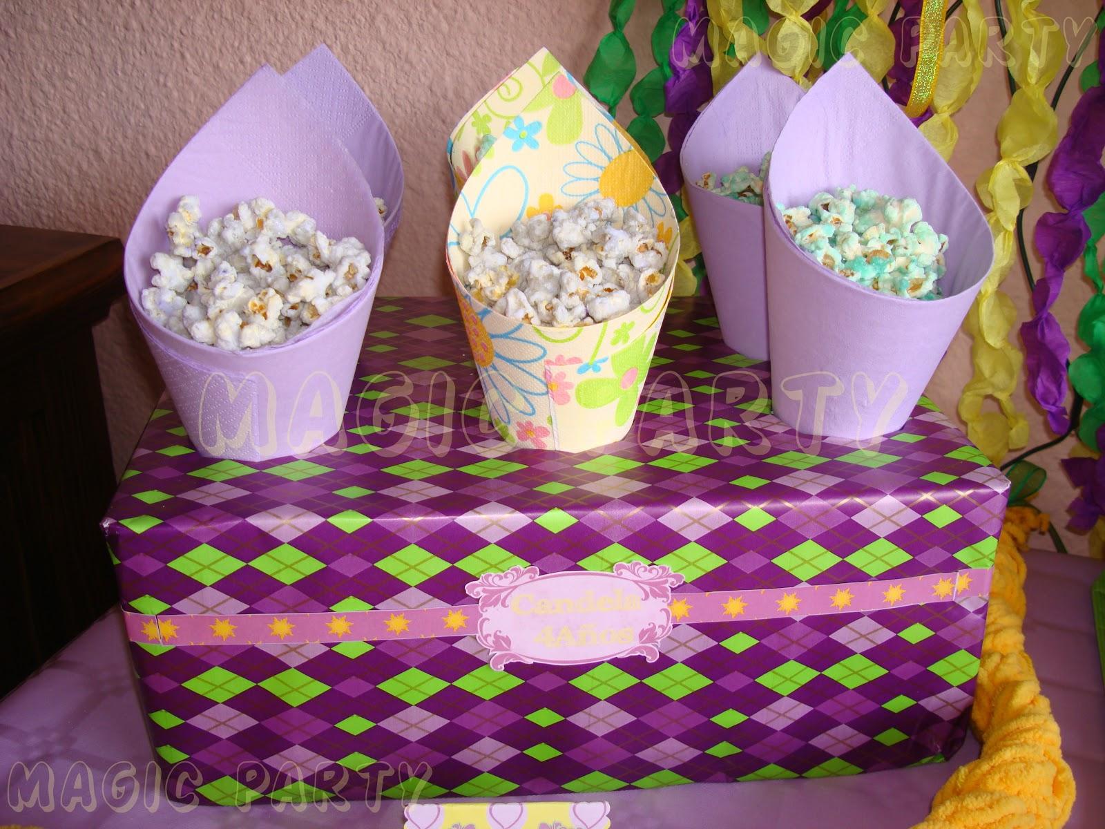 Decoracion De Rapunzel Para Fiestas Infantiles ~ Un Stand con conos para aperitivos rellenos de palomitas y una
