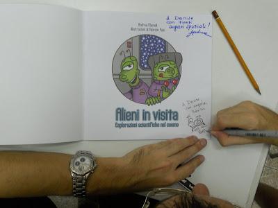 autografi mameli e pani su libro alieni in visita