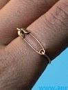 http://www.aprenderahacer.com/anillo-con-un-seguro-de-ropa/