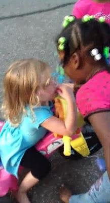 Bullying de duas meninas negras a menina branca choca internet