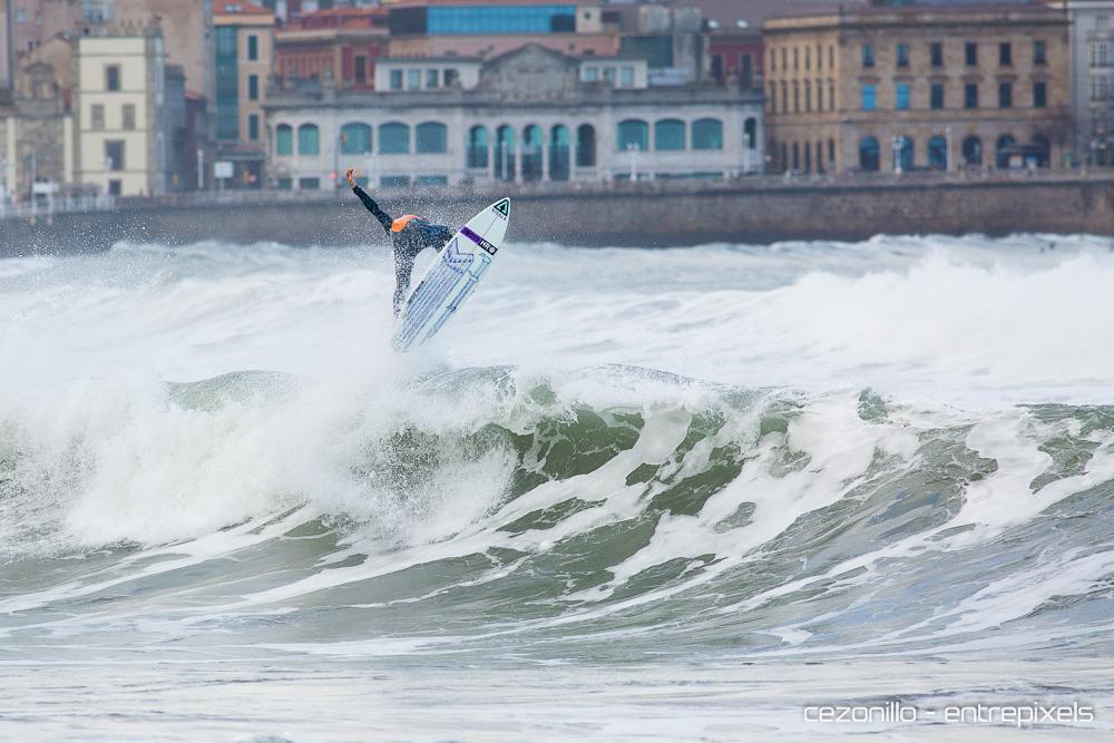 Dani Aznar surf en San Lorenzo