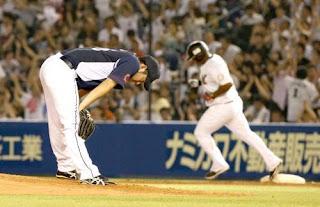 4回2死、デスパイネ(後方)に左越え先制本塁打を浴び、肩を落とす菊池