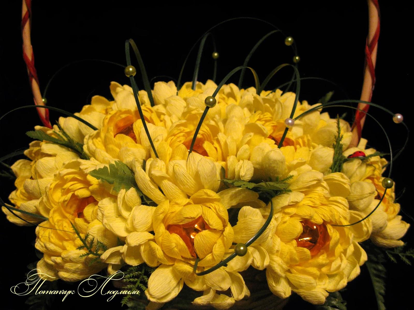 Хризантема из гофрированной бумаги с конфетой своими руками 739