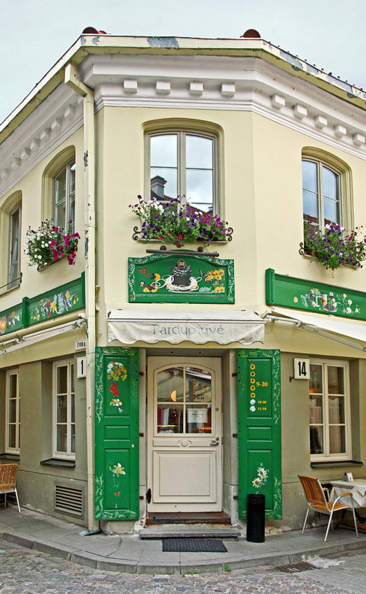 ângulo de um quarteirão no Bairro Judeu, mostrando uma casa  com pinturas na porta  e nas paredes e floreiras nas janelas