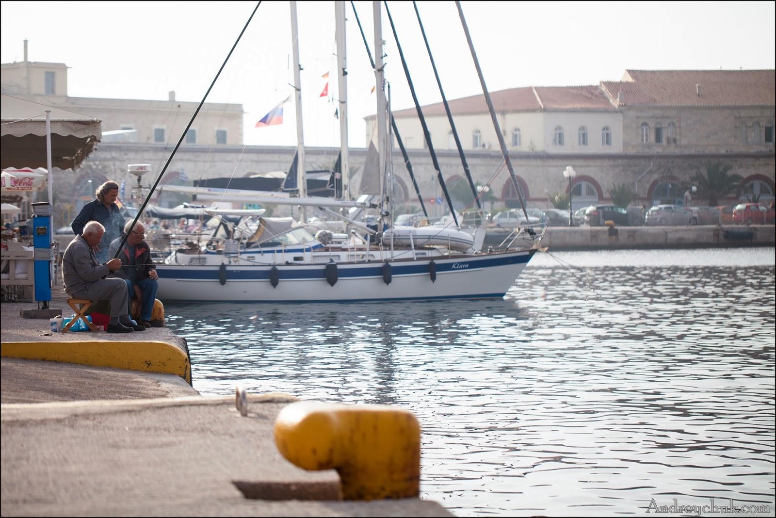 Сирос, рыбаки на причале