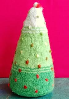 http://translate.google.es/translate?hl=es&sl=en&tl=es&u=http%3A%2F%2Fwww.purlbee.com%2Fthe-purl-bee%2F2009%2F9%2F20%2Fwhits-knits-felted-christmas-trees.html
