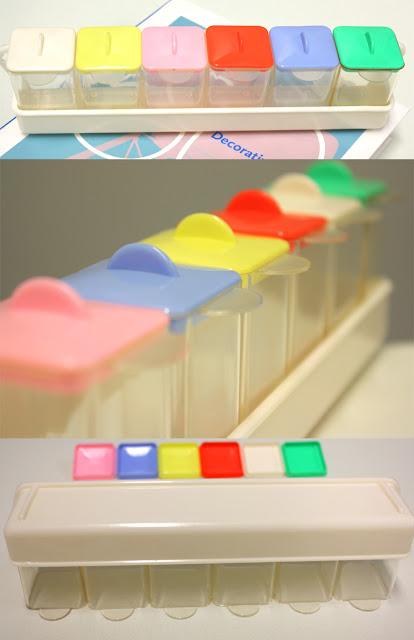 Kleine durchsichtige Plastikdosen, Gewürzdosen mit buntem Deckel. Mit wenigen GebrauchsspurenIn pastellgelb, pastellblau, rosa, orange, creme, mint / hellgrün