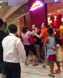 VIDEO Pasangan Gaduh Depan Pizza Hut Tak Hirau Anak Menangis