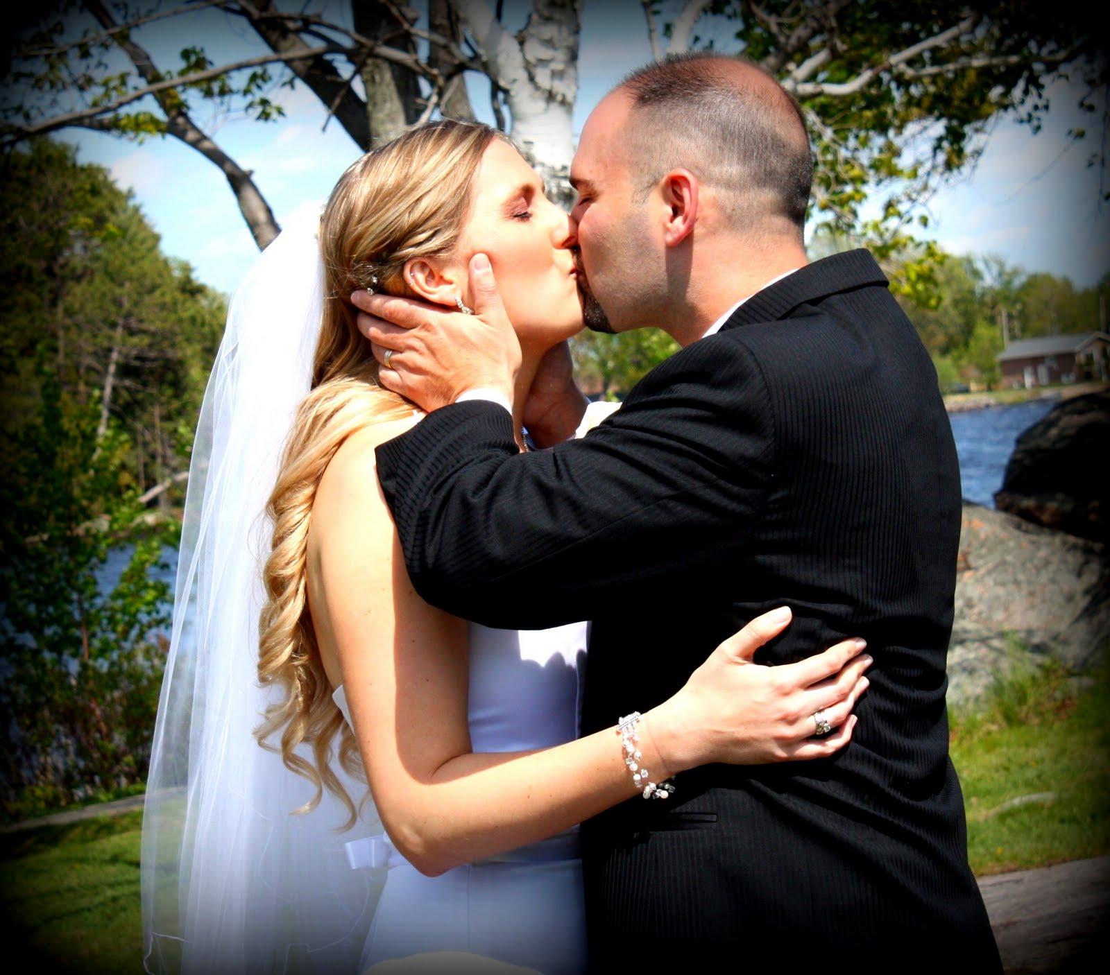 http://4.bp.blogspot.com/-m1lZuNjTdaU/TYveAKfiHVI/AAAAAAAAApE/ZfXQrkSwMJY/s1600/kiss.jpg