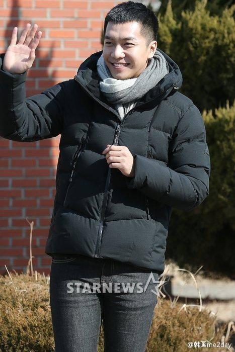 Lee Seung Gi cười tươi rạng rỡ trong ngày nhập ngũ