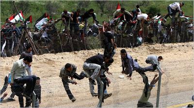 http://4.bp.blogspot.com/-m1wJCogyplA/TdC-W1XCsUI/AAAAAAAAc6I/Hhrze8IFsRA/s400/Syrians%2Bjumping%2Bborder%2Bwith%2BIsrael%2B150511.jpg