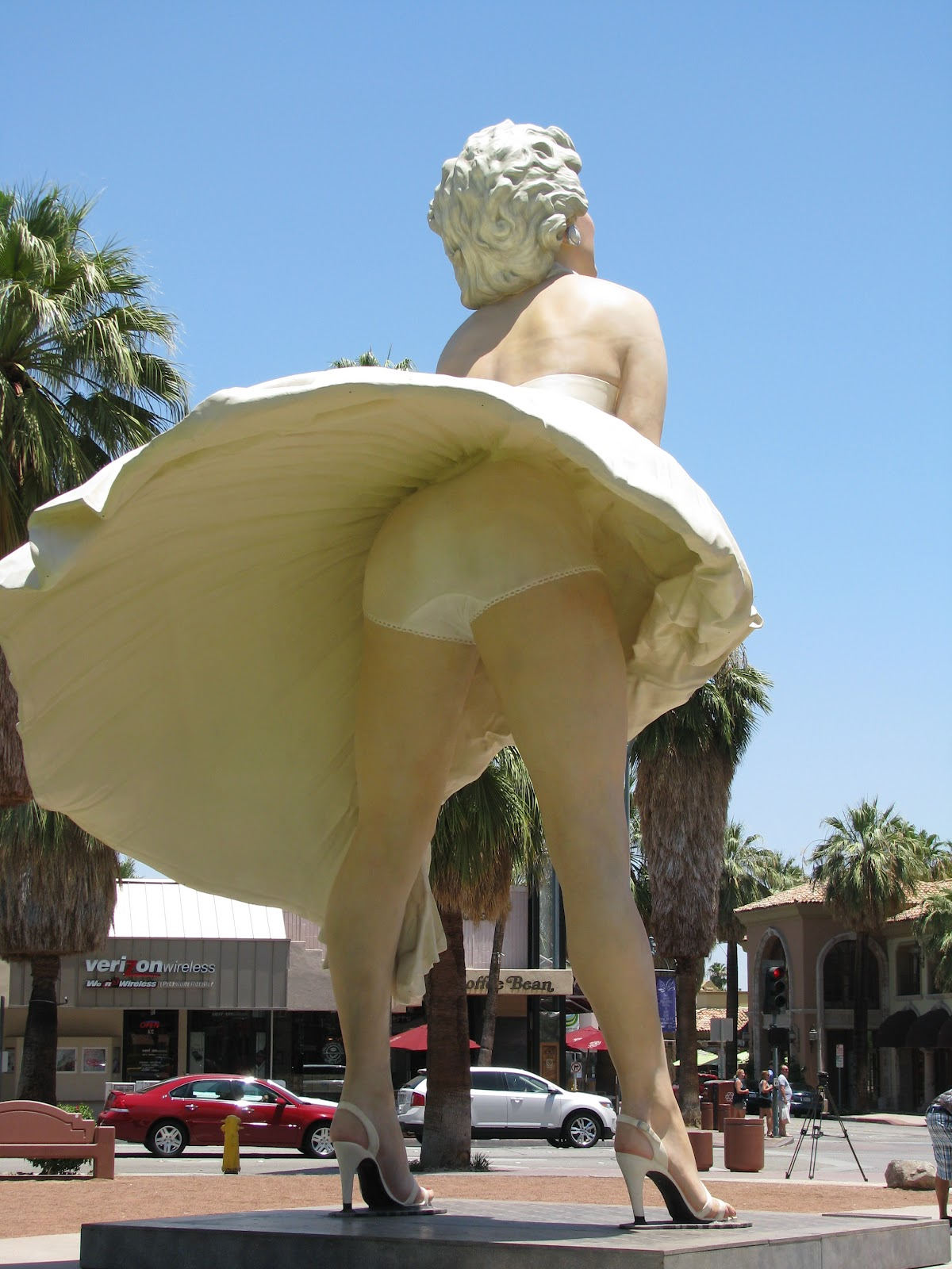 Pausing at the trumpet vine marilyn monroe statue in palm for Marilyn monroe palm springs home