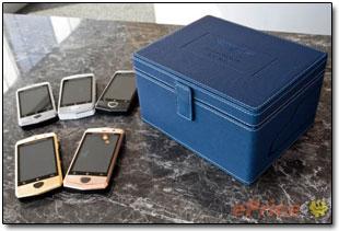 В комплект поставки телефона входят кожаный мешочек, наушники Aston Martin и два аккумулятора ёмкостью 1500 мАч.