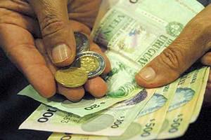 Manos con billetes y monedas