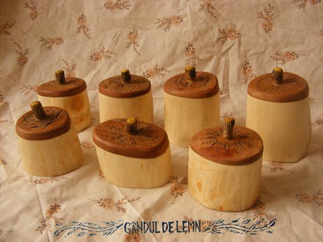 http://ganduldelemn.blogspot.ro/2014/12/buduroi-shrink-pot-sau-cutie-din-creanga.html