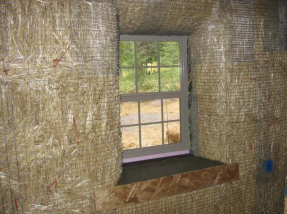 Поодоконник соломенного дома