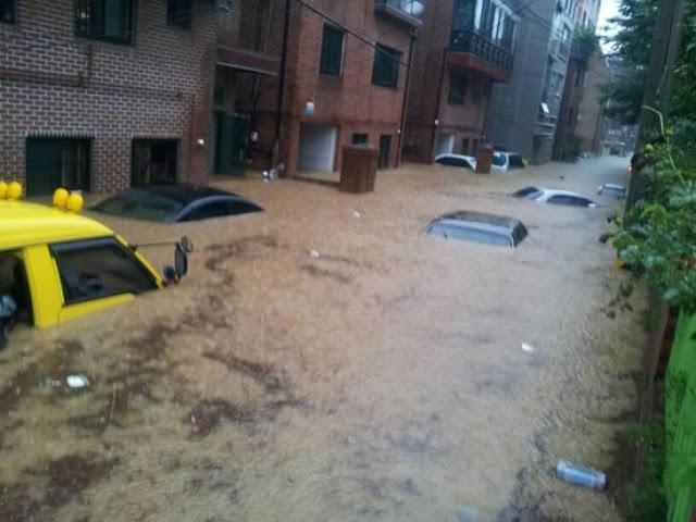 Calle inundada en el distrito Sillim de Seúl