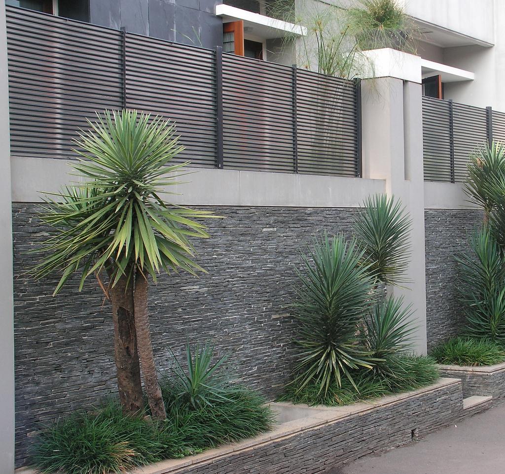 dinding tampil elok dengan batu alam rumah idaman kita