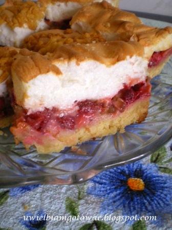 Ciasto z rabarbarem, truskawkami i bezą