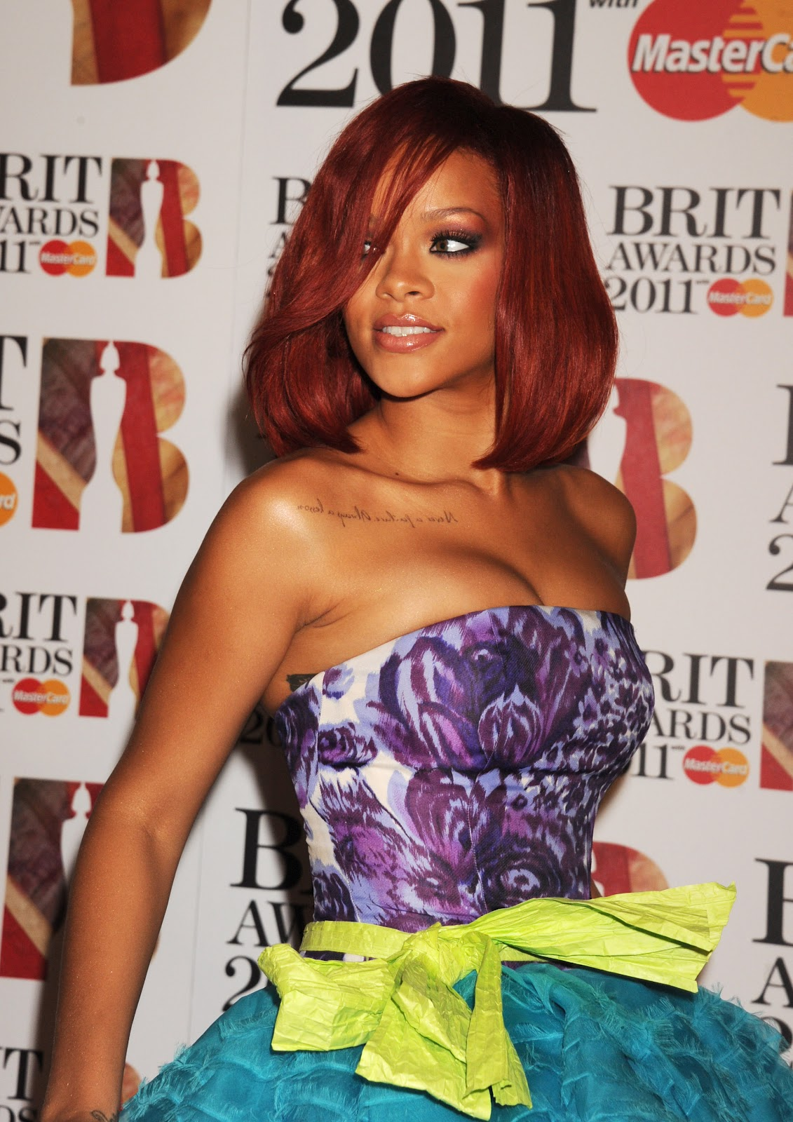 rihanna-red-hair-color-hairstyle-pictures-+(12).jpg