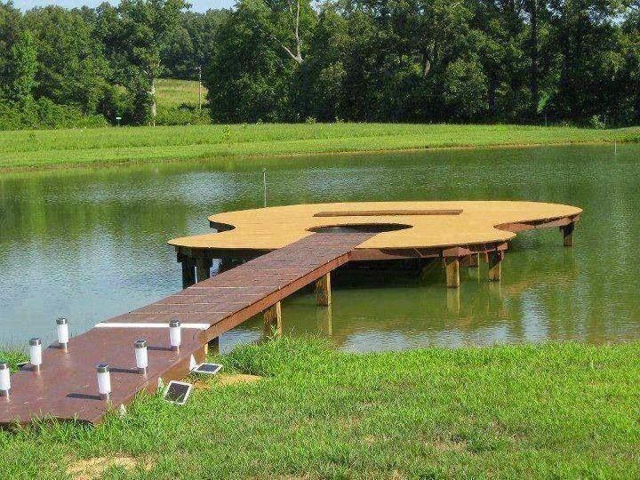 Muelle con forma de guitarra