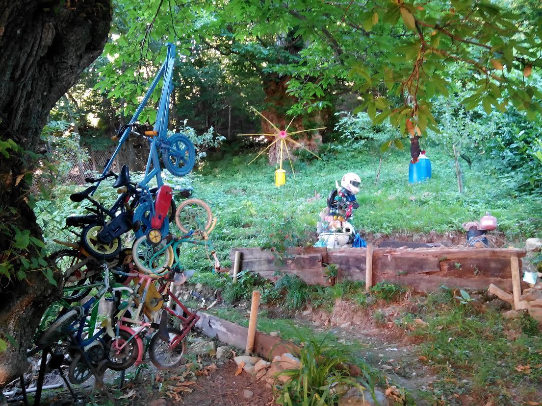 Opere rifiutiste nel giardino di trogoni