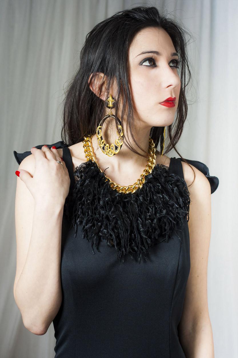 collar dorado con plumas negras