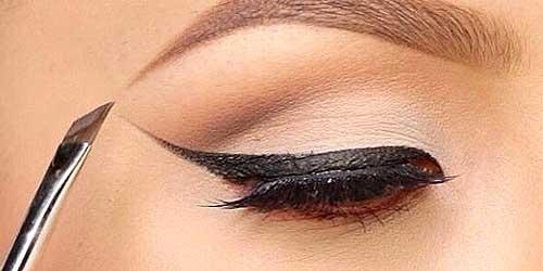 Imagen delineando los ojos con pincel biselado