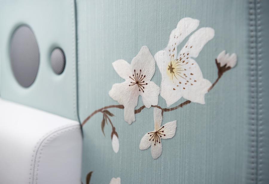 日本の着物をモチーフにした桜柄のロールスロイスの特注モデル