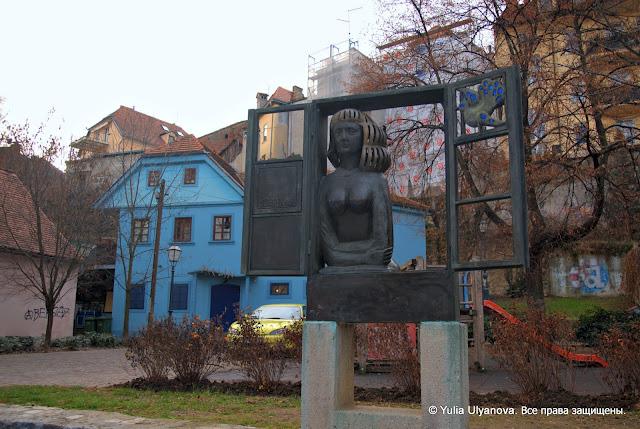 Пешеходная улица Загреба, скульптура Женщина в окне