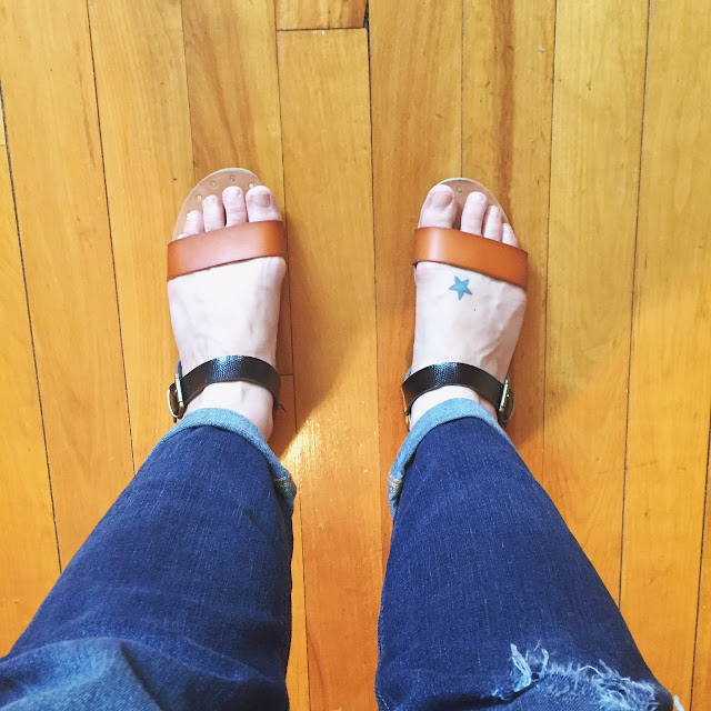 cute sandals, cuffed boyfriend jeans, style