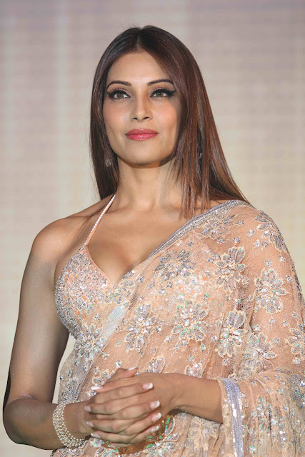 Bipasha Basu Show Cleavage In Saree Photos