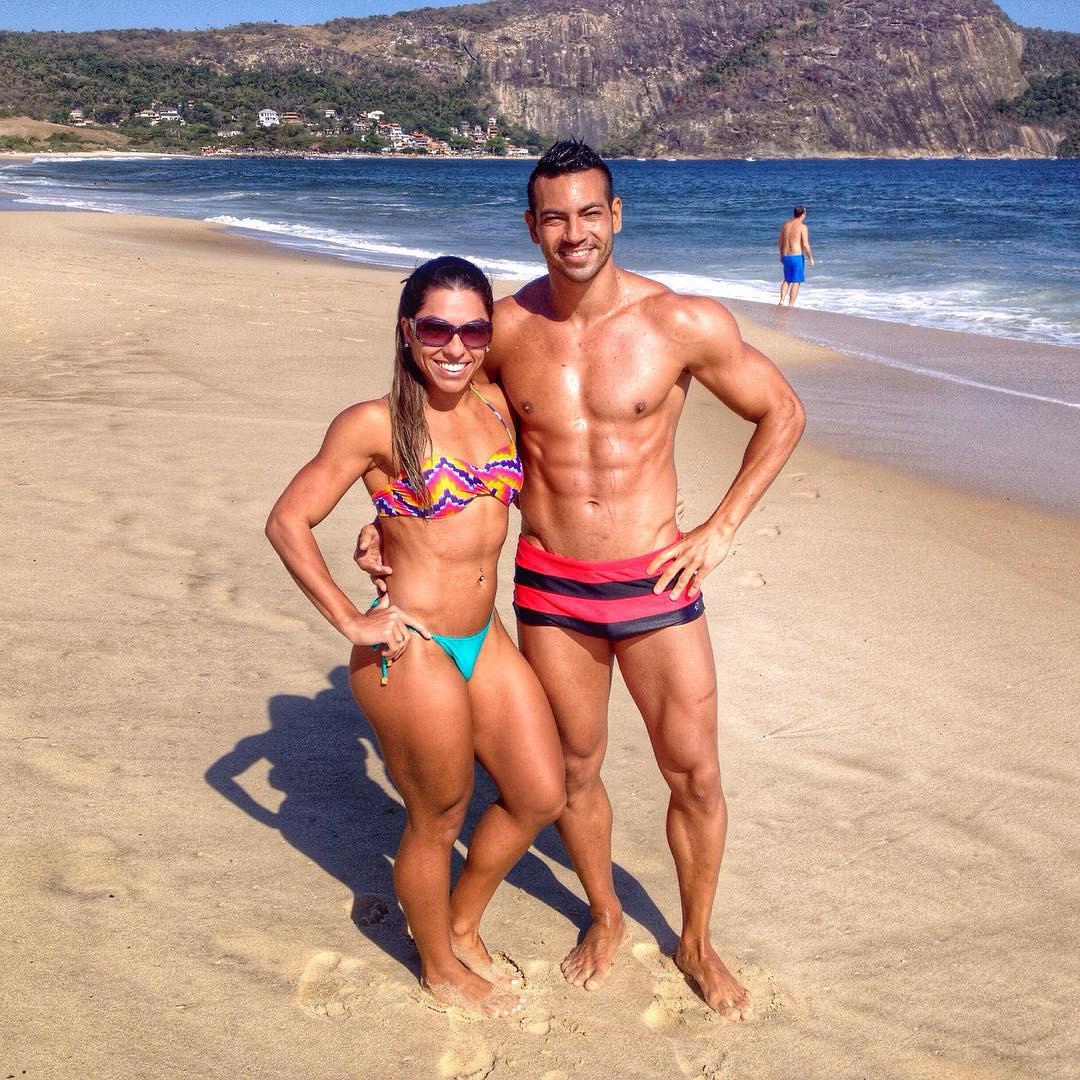 O casal fitness Breno Neves e Carla Carra na praia de Camboinhas, em Niterói. Foto: Arquivo pessoal