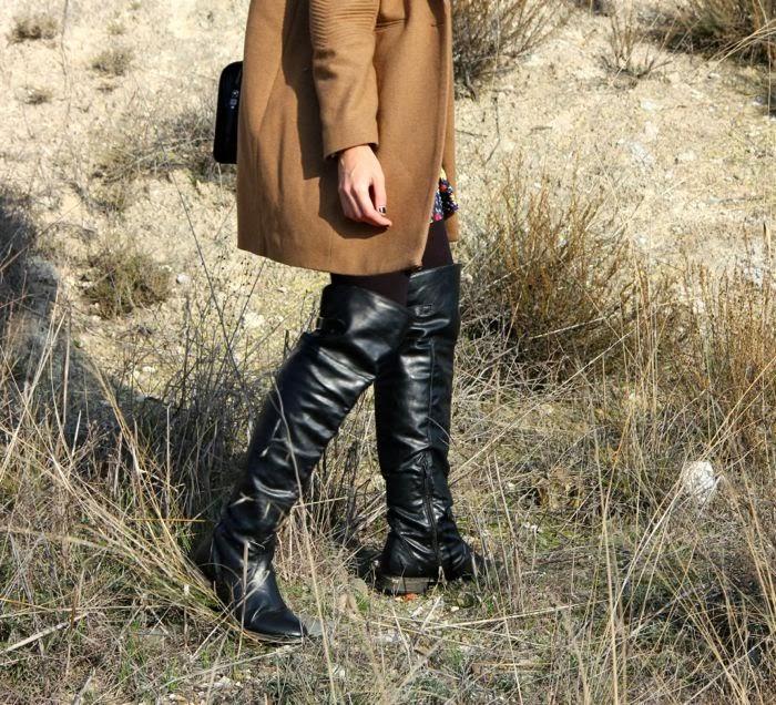 botas mosquteras y abrigo camel