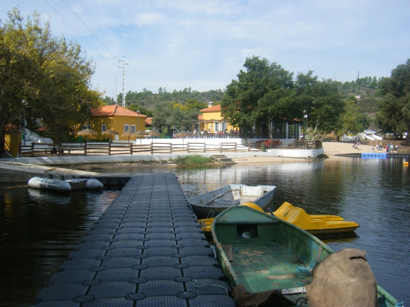 Cais de embarque ao lado da praia fluvial