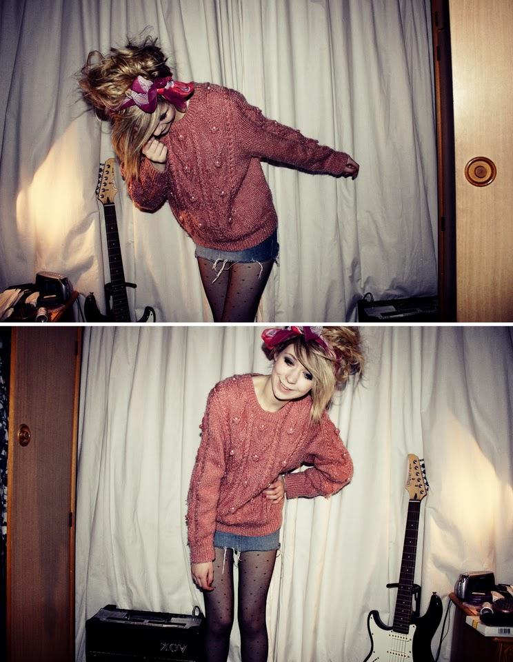 tricot rosa, saia jeans, meia calça, lenço rosa