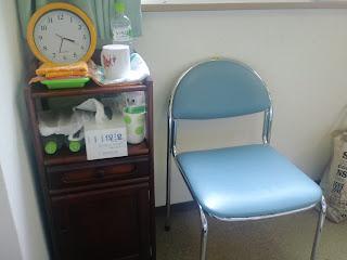 写真:ベッド脇にあるロッカーと椅子