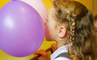 experimento soplar entre dos globos
